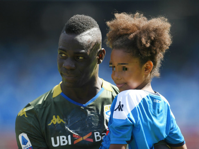 Mario Balotelli consolato dalla sua Pia: «Papà, non ascoltarli»