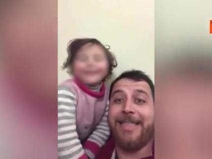 Siria, cadono le bombe: papà inventa un gioco per non far spaventare la figlia