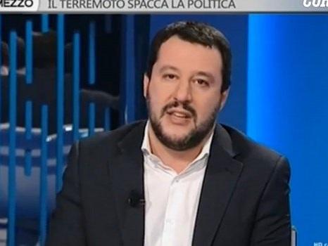 Migranti in piscina, Salvini contro un sacerdote toscano: pioggia di offese sui social