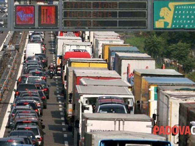 Camion si rovescia in A4, l'incidente tra Padova Est ed Ovest: segnalate code di 5 km
