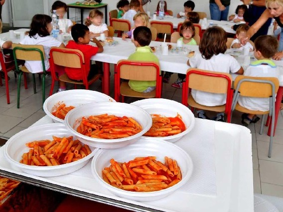 Ladispoli, pasta blu alla mensa scolastica: la denuncia dei genitori