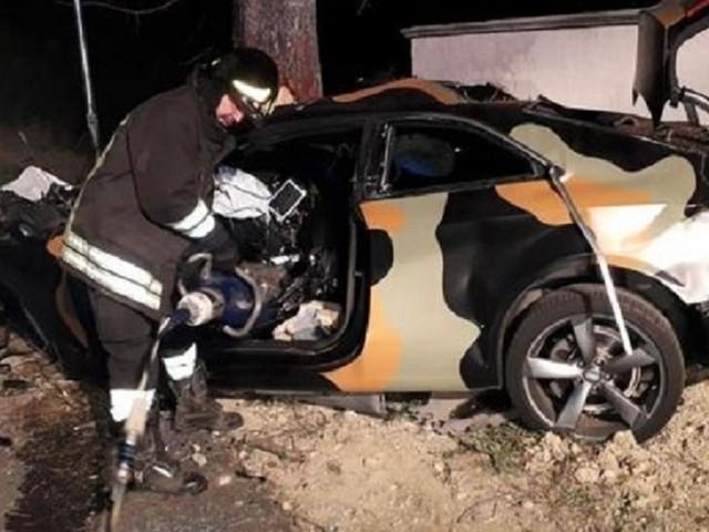 Auto contro albero: 4 persone tutte morte sul colpo. Tornavano da una cena