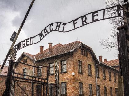 """Il Comune di Predappio nega i fondi per il viaggio a Auschwitz: """"Memoria a senso unico"""""""