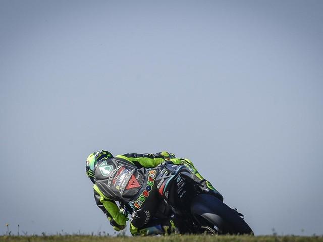 MotoGP, piove sul bagnato per Valentino Rossi. Caduto proprio quando iniziava a girare su tempi interessanti