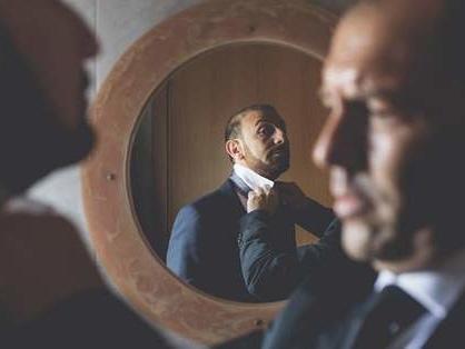 Come fare il nodo alla cravatta: tutorial contro il nemico numero uno dello sposo
