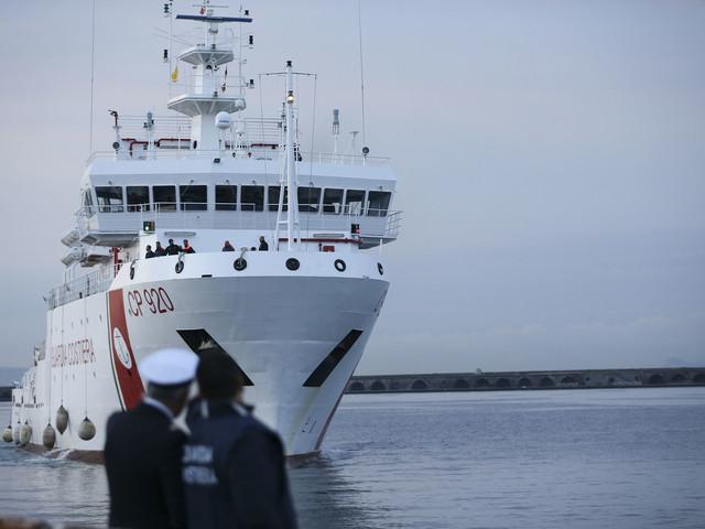 Gregoretti in porto ad Augusta. E i migranti restano a bordo