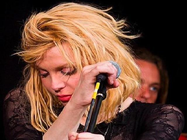 """Courtney Love canta """"Hands to me"""" di Selena Gomez per una raccolta fondi - GUARDA"""