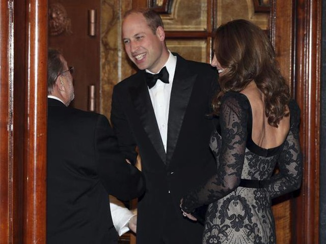 Kate Middleton a teatro (con la schiena scoperta): l'eleganza della Duchessa di Cambridge e di William all'evento benefico