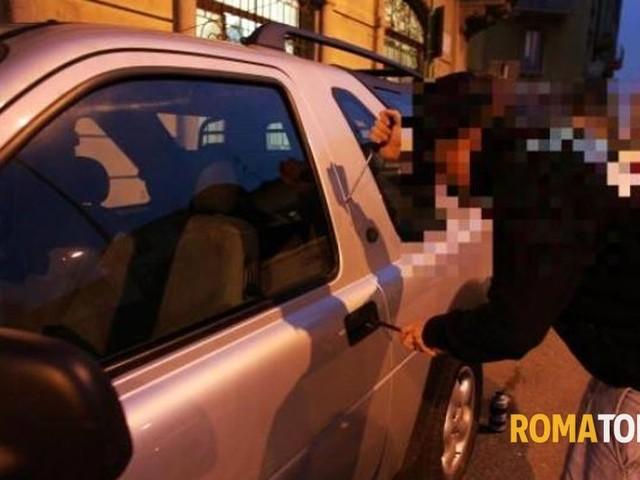 Ruba un'auto a Magliana e la smonta a Morena, ladro in manette