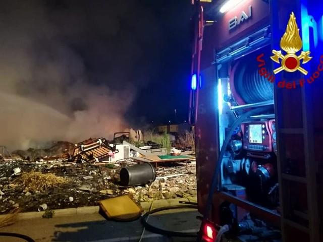 Incendio a La Barbuta, rifiuti in fiamme alla baraccopoli. Pompieri impegnati oltre 3 ore