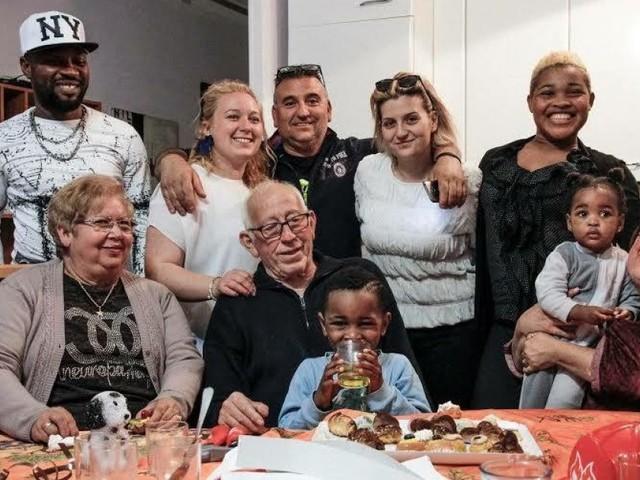 """La grande """"famiglia"""" di Maria e Saro, la casa aperta ai migranti di Ventimiglia: """"Ci accusano di fare business, ma questa è accoglienza"""""""