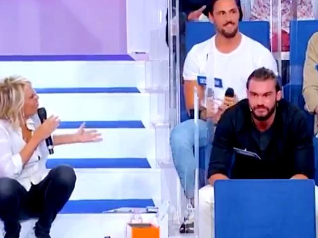 """""""Uomini e donne"""", Maria De Filippi furiosa contro un corteggiatore: «Te ne devi andà» [VIDEO]"""