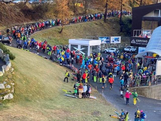 Covid, Cervinia apre la stagione sciistica:folla e polemiche