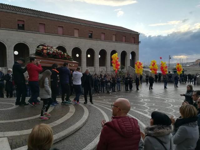 Folla al Santuario di Nettuno per l?ultimo saluto al runner Fabio Tosoni