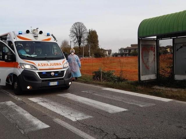 Pavia, auto guidata da 86enne sbanda e travolge la fermata del bus: due deceduti