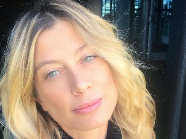 Maddalena Corvaglia «fotografata in terra sarda da un'amica napoletana»: fisico abbagliante