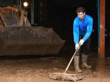 Maiorca, anche Rafael Nadal spala il fango dopo l'ondata di maltempo che ha colpito la Spagna