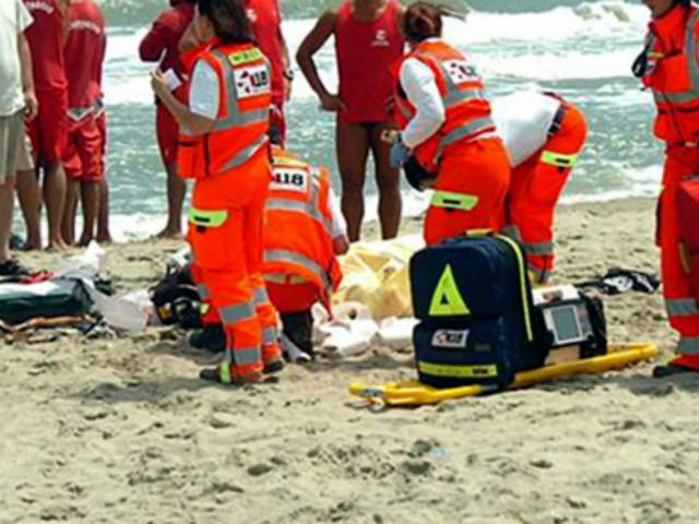 Dramma in spiaggia: 18enne beve una birra ghiacciata, entra in acqua e muore pochi istanti dopo