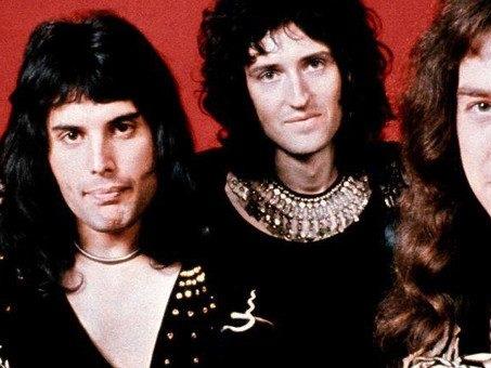Le guardie reali intonano Bohemian Rhapsody, l'omaggio ai Queen della Regina Elisabetta (video)