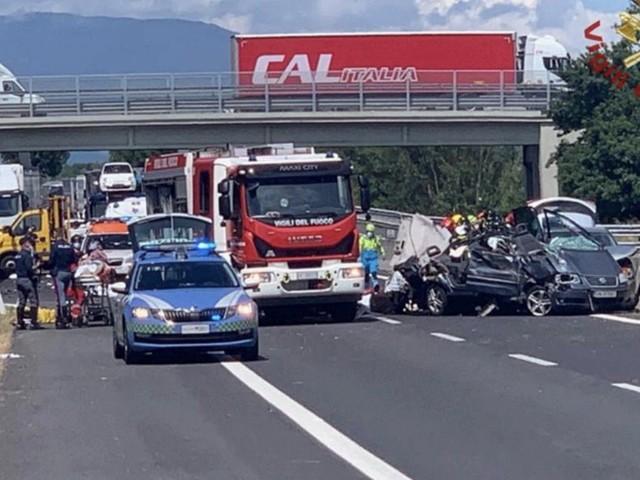 """Incidente mortale sulla A1, parla il conducente che ha perso genitori e due figli: """"Non riuscivo a tenere aperti gli occhi"""""""
