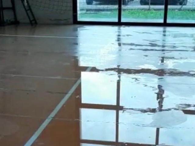 Piove nella palestra, a casa i giovani atleti | La Lega attacca FOTO