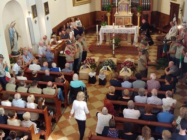 Romallo, tutto il paese ai funerali delle tre vittime dell'omicidio-suicidio: officia il vescovo Lauro Tisi