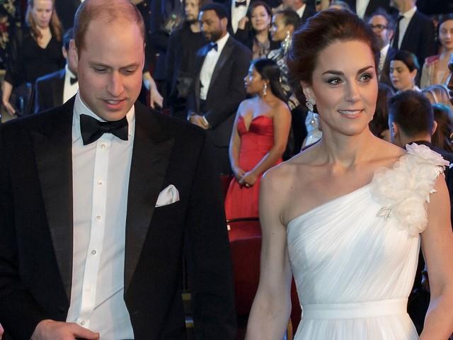 BAFTA 2019: Kate Middelton sul Red Carpet in un abito bianco monospalla