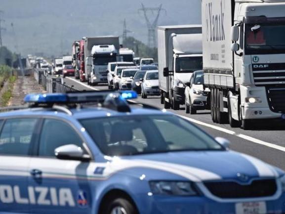 La Polstrada di San Donato trova quattro profughi afghani nascosti in un tir
