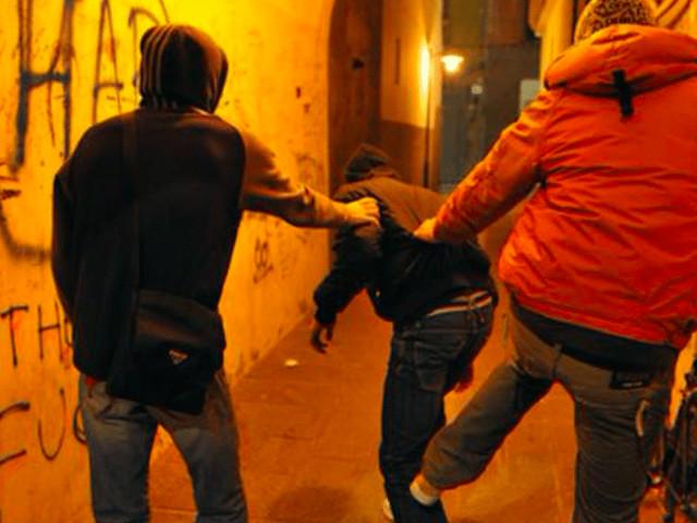 Aggressione razzista ad Anzio, migrante nigeriano preso a bastonate da due ragazzi