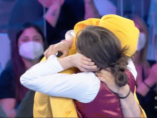 Amici20, Giulia è in finale e corre ad abbracciare Sangiovanni che si commuove