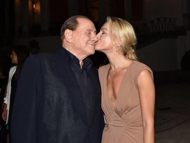 Francesca Pascale, la donna di Berlusconi: regina della Sardegna. Ospiti in villa Loredana Lecciso, Gigi D'Alessio e Francesca Cipriani [FOTO]