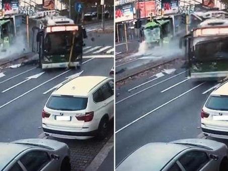 Milano, schianto bus-camion, l'autista ai colleghi: «Non avevo le mani sul volante, stavo firmando la cedola»