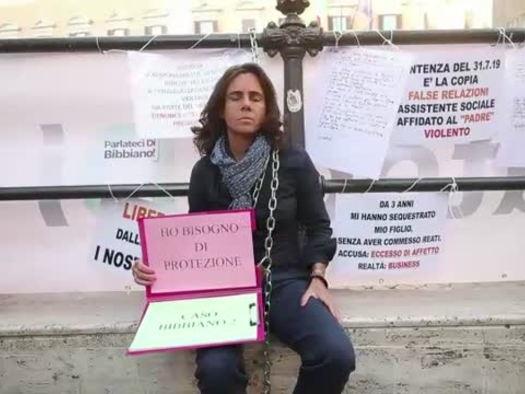 Rappresentante famiglie di Bibbiano incatenata sotto Montecitorio
