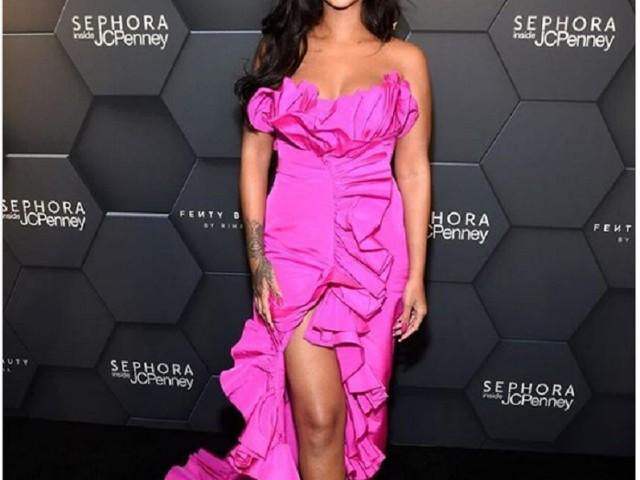 Rihanna, abito di seta fucsia per il primo compleanno di Fenty Beauty FOTO