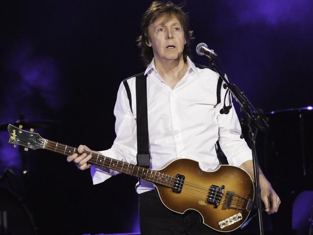 Paul McCartney riceve la sua prima dose di vaccino: la [FOTO] fa il giro del web
