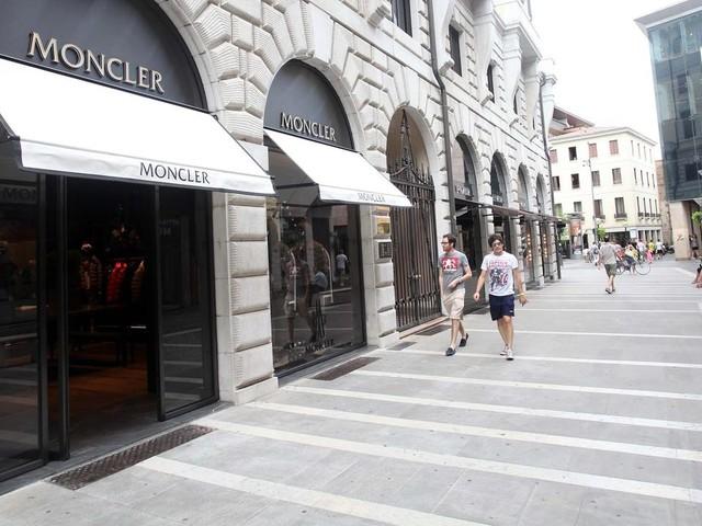 Chiedono di provare un piumino e poi lo rubano: furto da Moncler a Padova