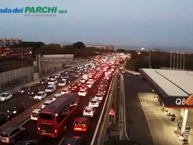 A 24, incidente allo svincolo Togliatti: coinvolte 6 auto. Caos sul tratto urbano