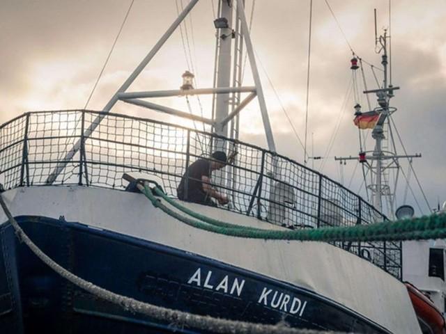 """La Gdf affianca la Alan Kurdi """"In Italia non potete entrare"""""""