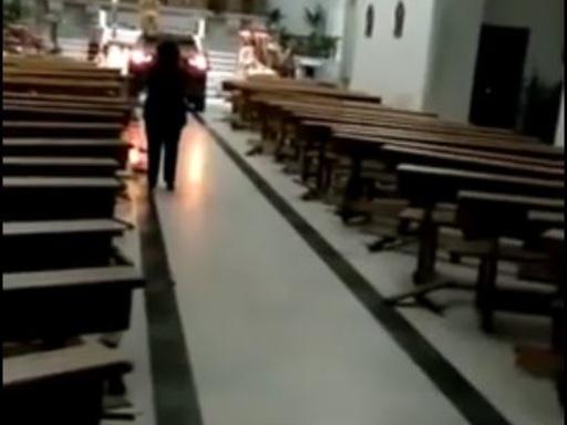 Sfonda portone chiesa con Suv e travolge panche: paura a Toledo