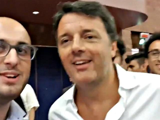 """Renzi, lo studente e il videoselfie alla scuola di politica: """"Ma i 49 milioni?"""". E l'ex premier risponde con una battuta: """"Hai sbagliato Matteo"""""""