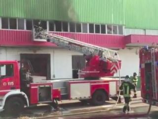 Oggi a Trezzano sul Naviglio le scuole resteranno chiuse per via di un grosso incendio in una fabbrica abbandonata