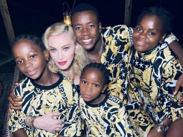 Karaoke, cacio e pepe e figli. Dentro il party per i 61 anni di Madonna