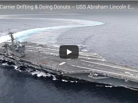 Virate e inversioni ad alta velocità: la portaerei USS è impressionante (VIDEO)