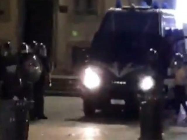 Milano, tensione in zona movida per il coprifuoco: bottigliate contro la polizia