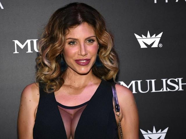 Paola Caruso, le strane gambe incurvate fanno sorgere un dubbio: abuso di Photoshop?