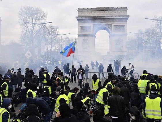 Gilet Gialli, nuovi scontri e saccheggi per le strade di Parigi