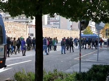 Si è aperto il processo agli anarchici proteste fuori dal tribunale di Trento - I VIDEO
