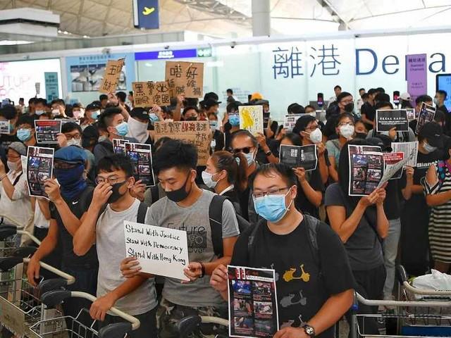 HONG KONG, CAOS E VOLI CANCELLATI/ 700 arresti tra i manifestanti contro la Cina