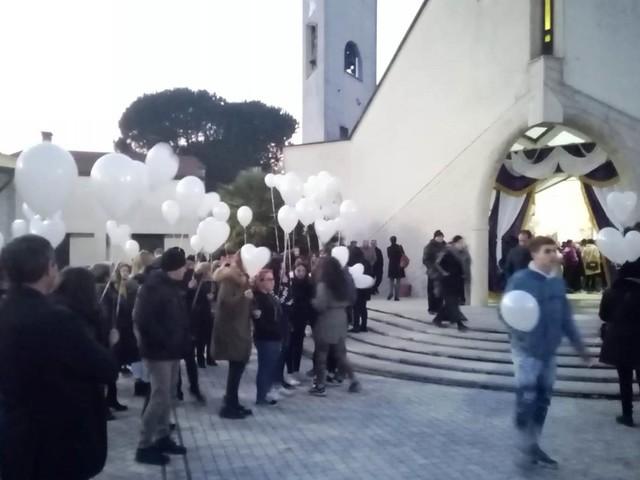 Video / Serino dona l'ultimo saluto a Maria Agnes, migliaia di persone raccolte nella parrocchia di San Michele Arcangelo