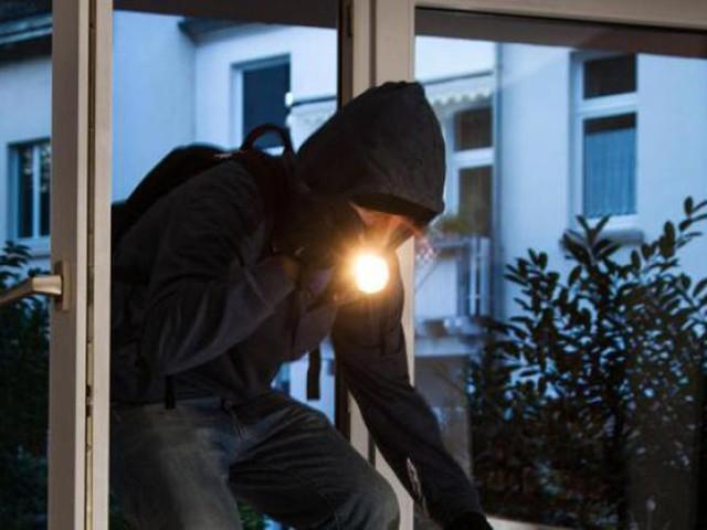 Due furti in casa a ora di cena in viale Trieste Sorprende il ladro in camera da letto e lo mette in fuga: si cerca un'auto bianca
